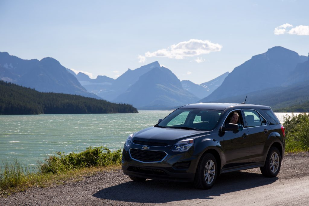 Linda in onze Chevrolut Equinox bij Lake Sherburne in Glacier National Park