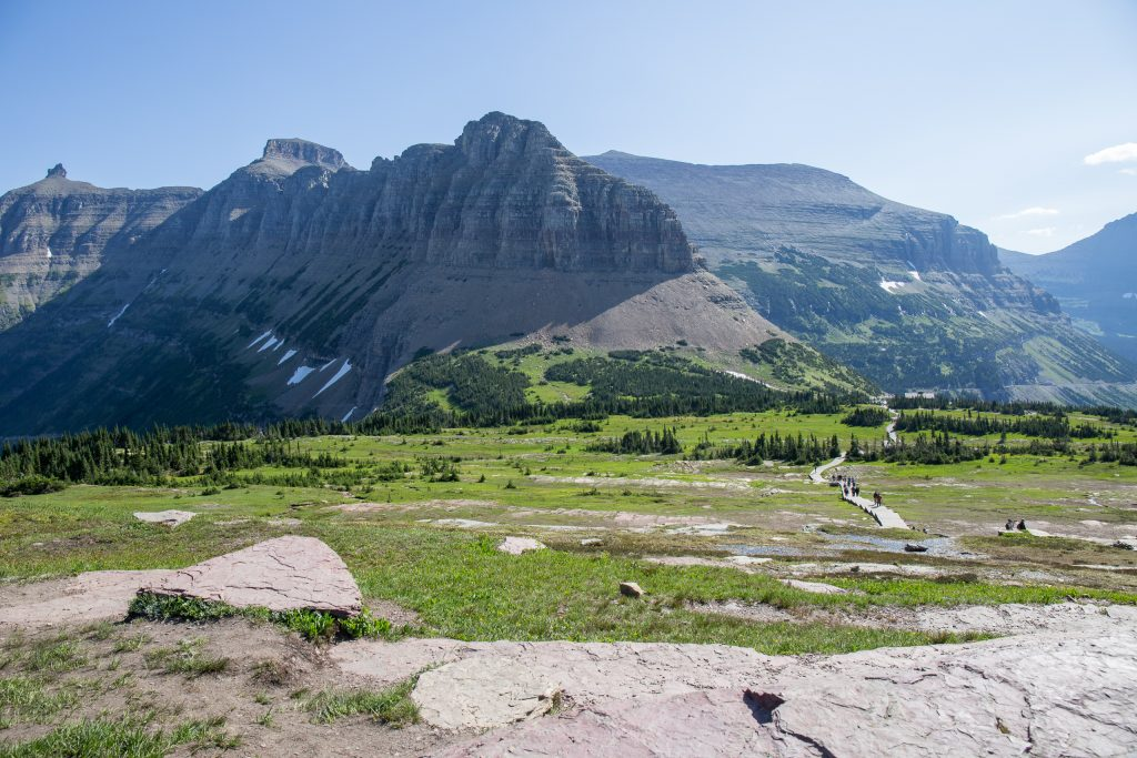 Hidden Lake Trail met in de verte Logan Pass, Glacier National Park